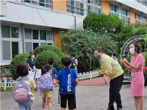 강남서초교육지원청 교육장 서울서초초등학교 '거리두기를 실천하며 미소로 여는 행복한 등굣길' 참여