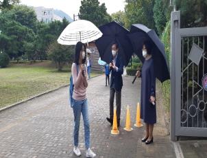 강남서초교육지원청 교육장 서울매헌초등학교 '거리두기를 실천하며 미소로 여는 행복한 등굣길' 참여
